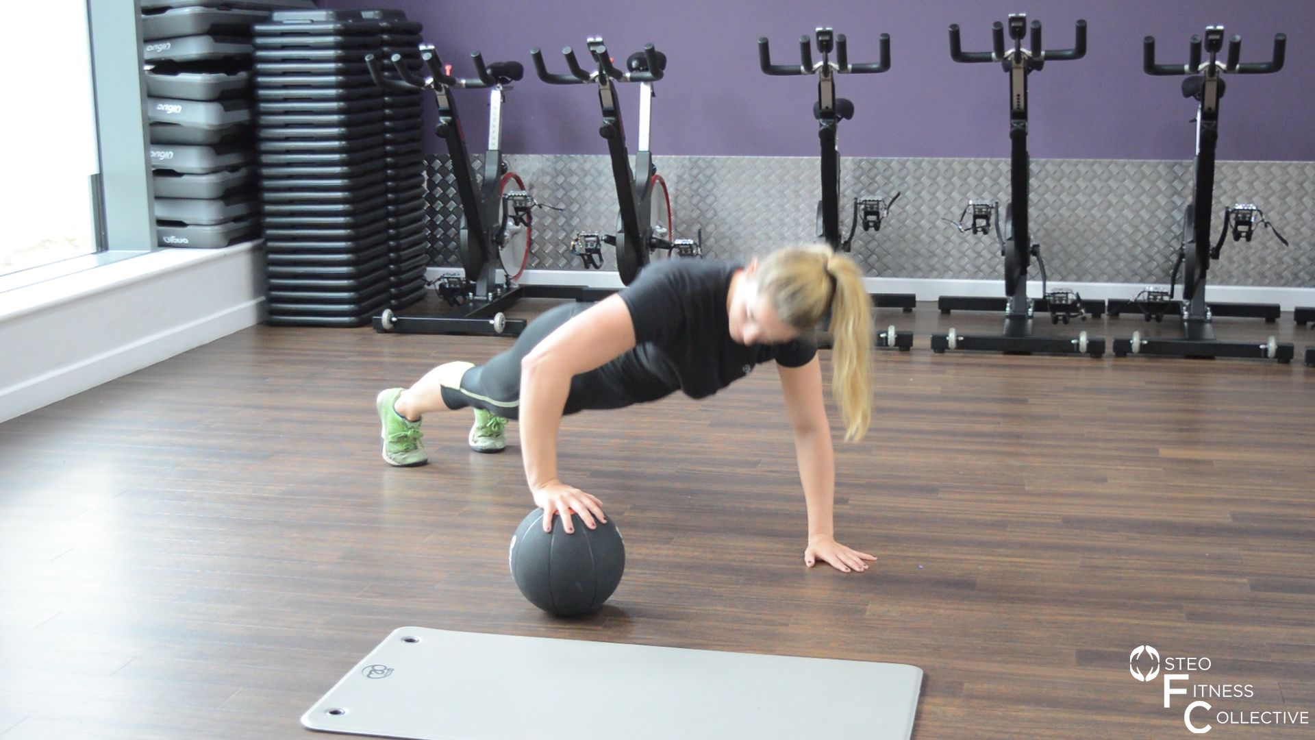 Medicine ball workout, rolling press-up